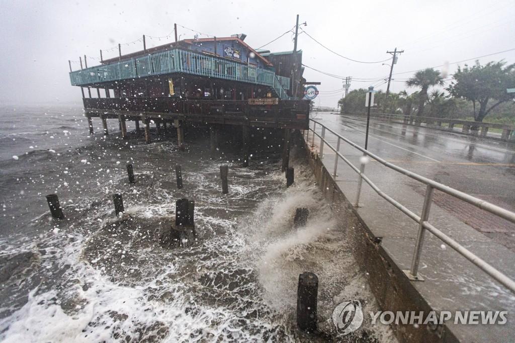 열대성 폭풍 '엘사'가 7일 미국 남부에 상륙해 사망 1명, 부상 10명의 인명피해를 냈다. 이날 플로리다주 세다 키에 강풍을 동반한 비가 쏟아지고 있다. [AP연합뉴스]