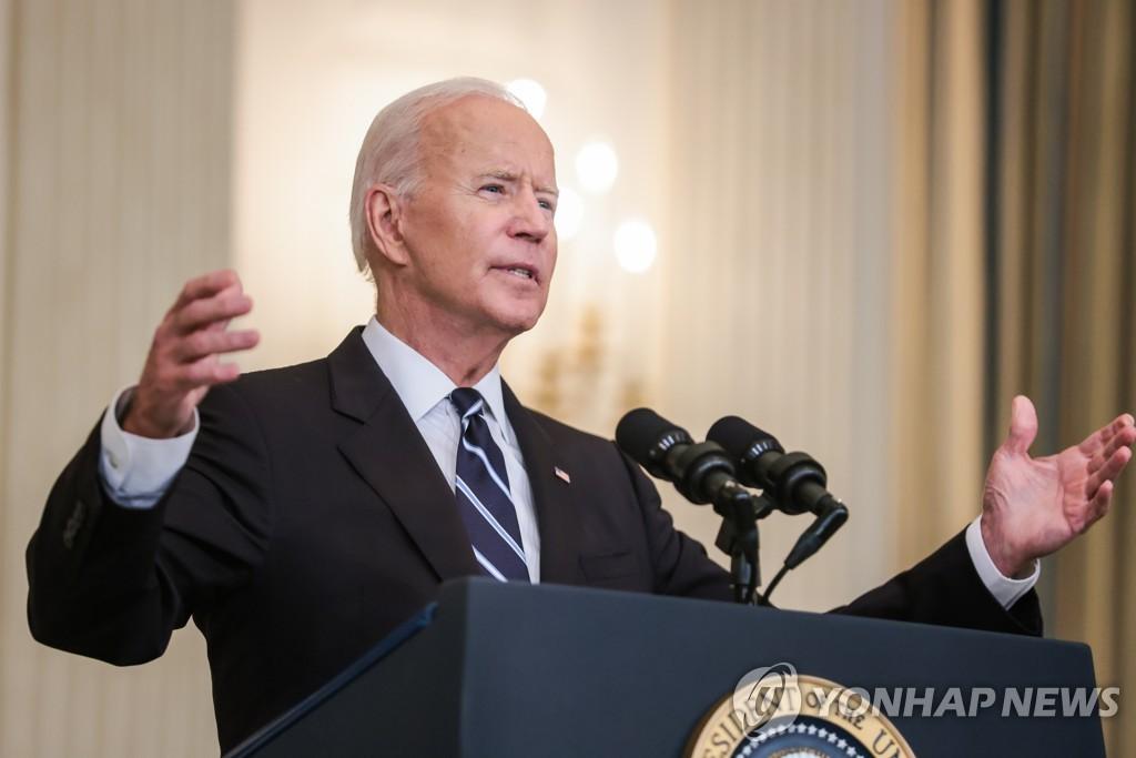 조 바이든 미국 대통령이 9일(현지시간) 워싱턴DC 백악관에서 신종 코로나바이러스 감염증(코로나19) 확산을 억제하기 위한 대책을 발표하고 있다. [UPI=연합뉴스]