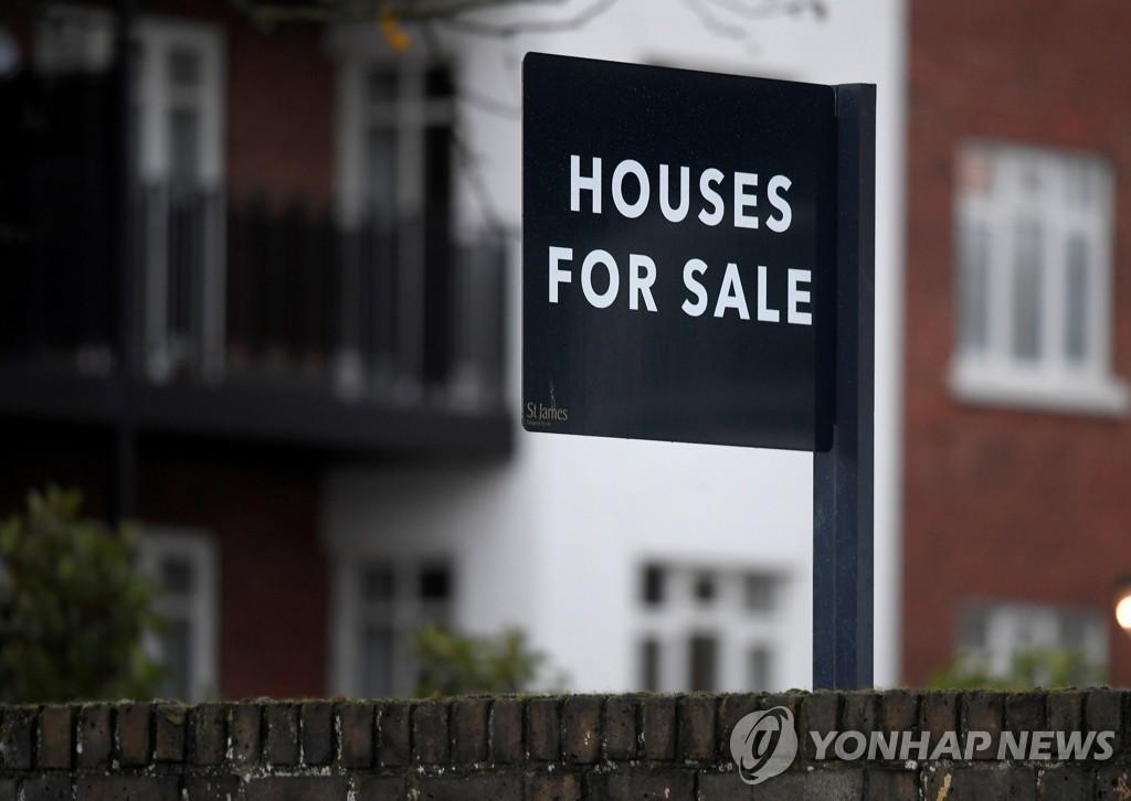 런던 신축 건물에 붙은 '판매중' 표지 [로이터=연합뉴스]