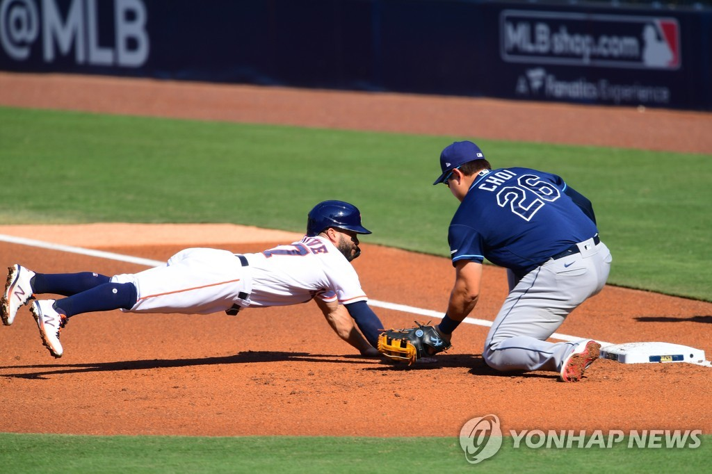 In this USA TODAY Sports photo via Reuters, the Tampa Bay Rays' first baseman Choi Ji-man (R) tags out Jose Altuve of the Houston Astros on a pickoff throw from Tampa Bay pitcher John Curtiss during the bottom of the first inning of Game 5 of the American League Championship Series at Petco Park in San Diego on Oct. 15, 2020. (Yonhap)