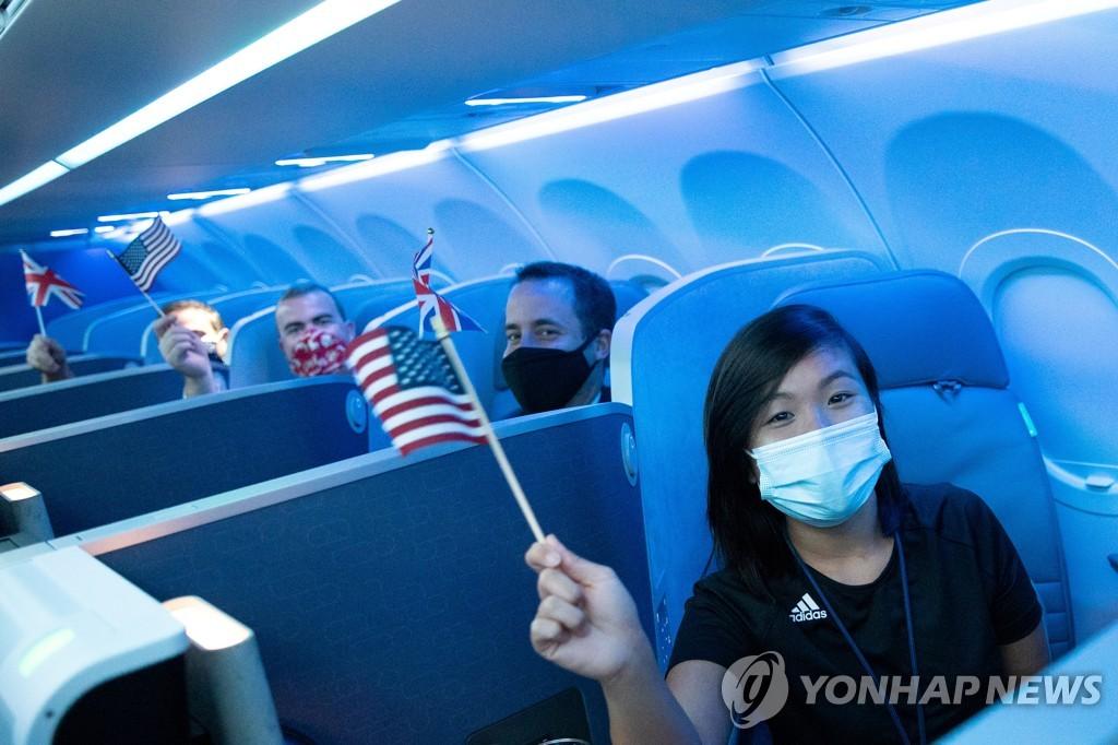뉴욕 JFK 공항에서 비행기에 탑승한 승객들 [로이터=연합뉴스]