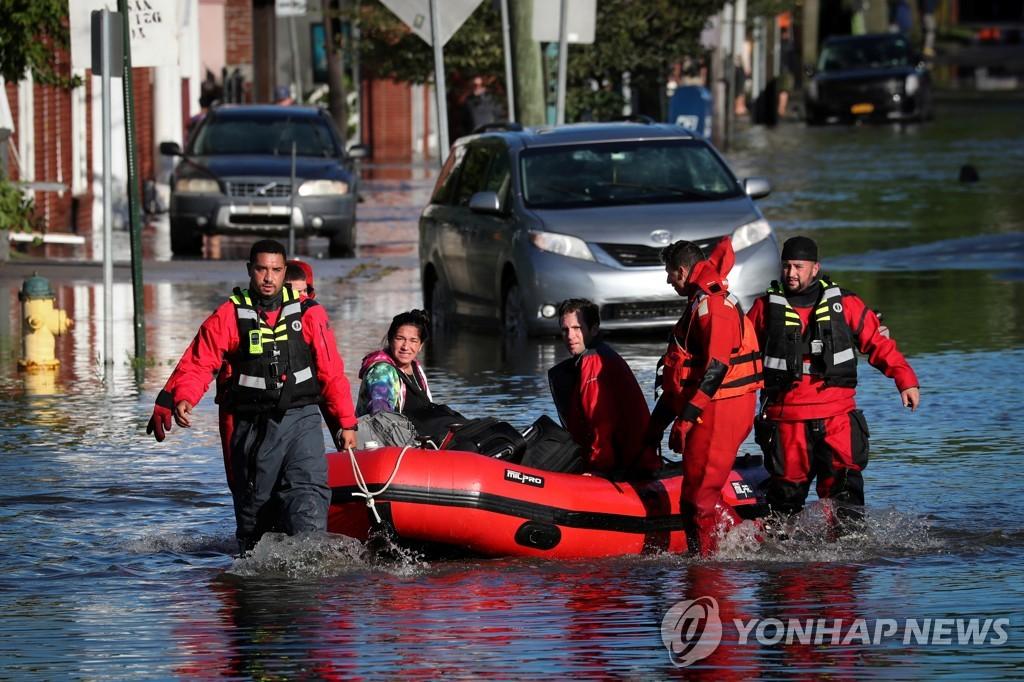 뉴욕에서 주민들을 구조하는 구급대원들