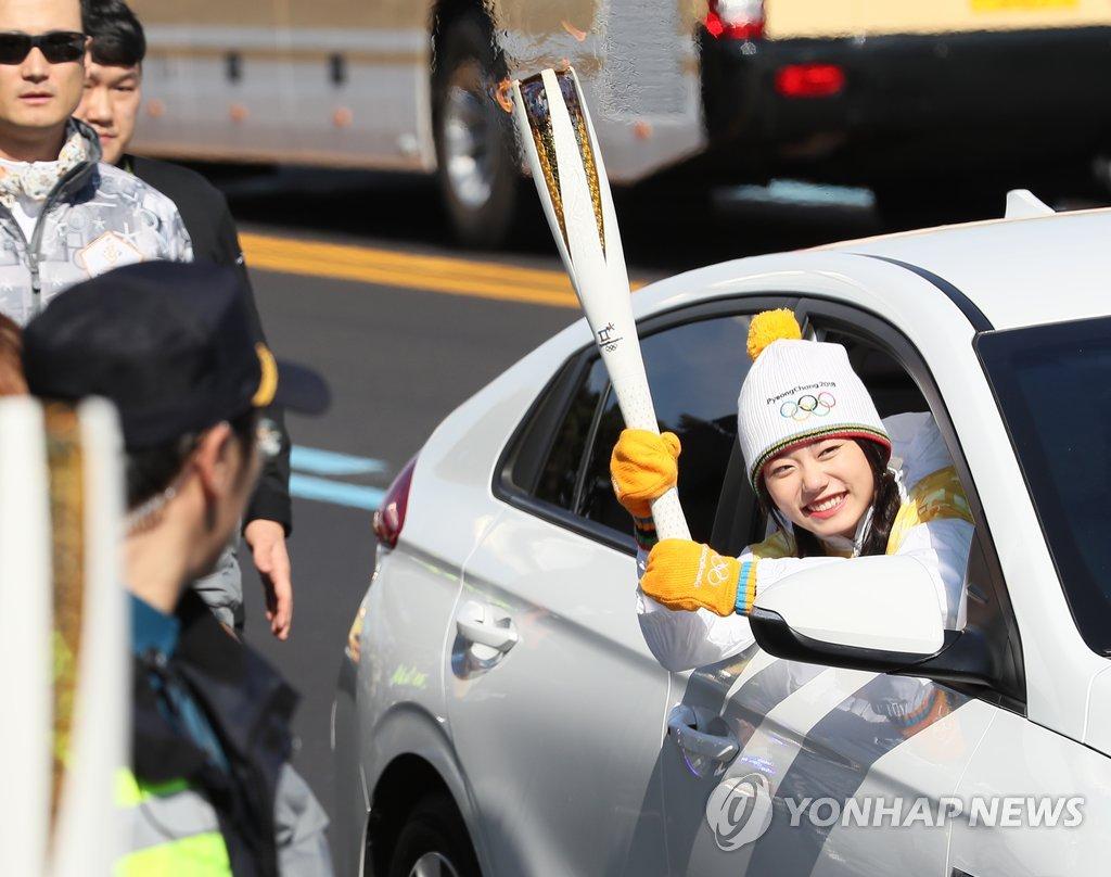 전기차 타고 성화 봉송하는 김소혜