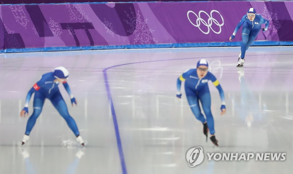 This file photo taken Feb. 19, 2018, shows South Korean speed skaters competing in the women's team pursuit quarterfinals at the 2018 PyeongChang Winter Olympics at Gangneung Oval in Gangneung, some 230 kilometers east of Seoul. (Yonhap)