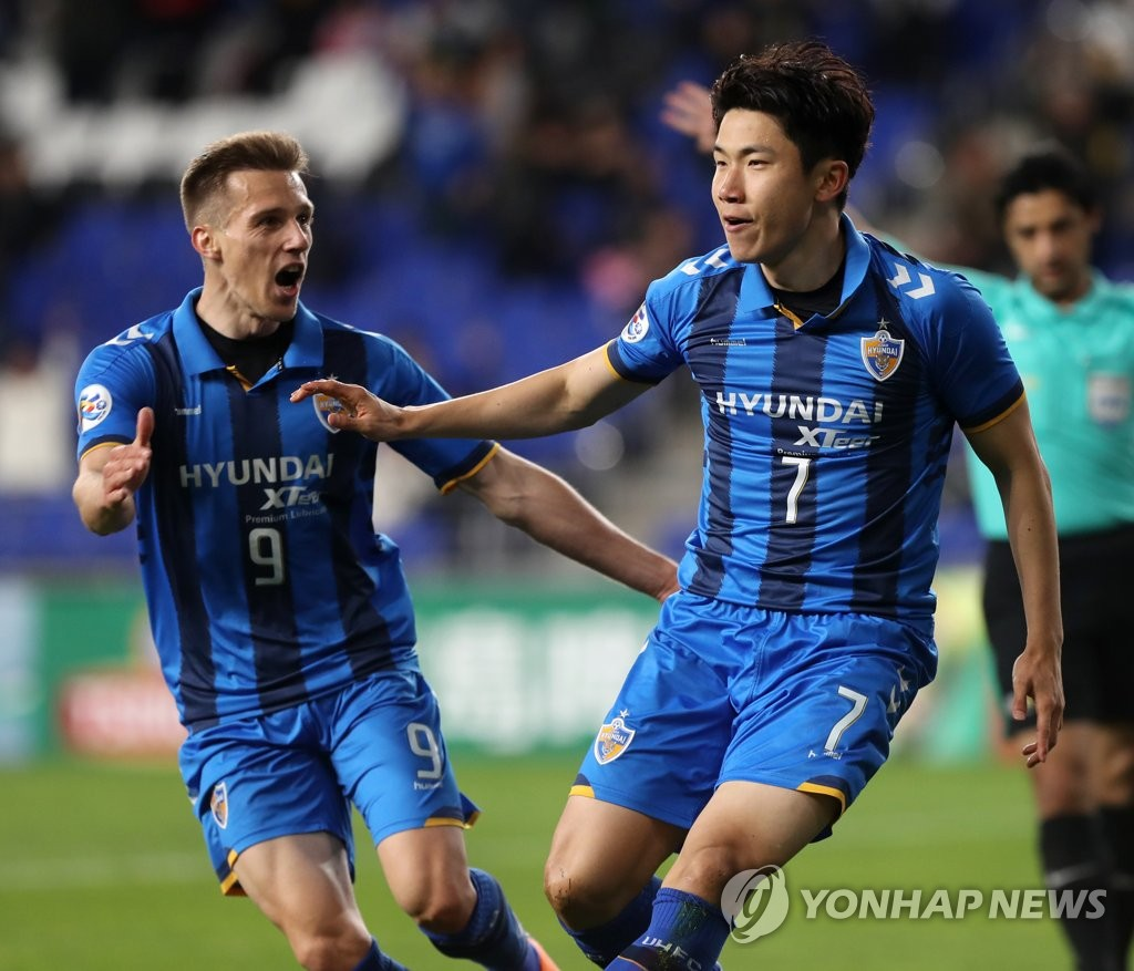 This file photo taken on May 9, 2018, shows Ulsan Hyundai FC midfielder Kim In-sung (R) celebrating his goal against Suwons Samsung Bluewings in an AFC Champions League round of 16 match at Munsu Football Stadium in Ulsan. (Yonhap)