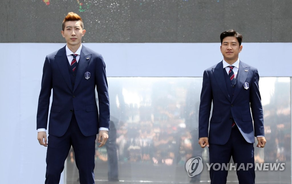 In this file photo, taken May 21, 2018, Daegu FC goalkeeper Jo Hyeon-woo (L) and Ulsan Hyundai FC defender Park Joo-ho attend at an event for the national football team in Seoul. (Yonhap)
