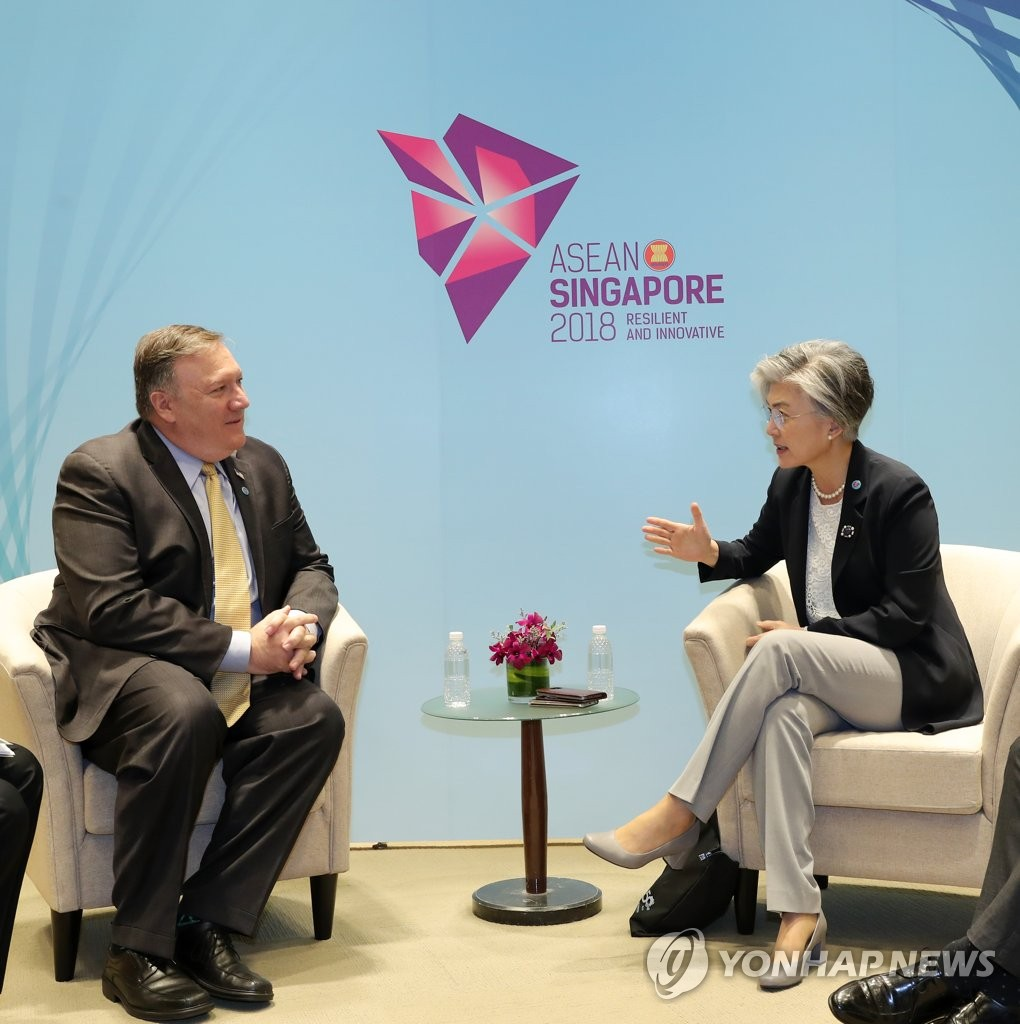 South Korean Foreign Minister Kang Kyung-wha (R) talks with U.S. Secretary of State Mike Pompeo on the sidelines of the ASEAN Regional Forum in Singapore on Aug. 4, 2018. (Yonhap)