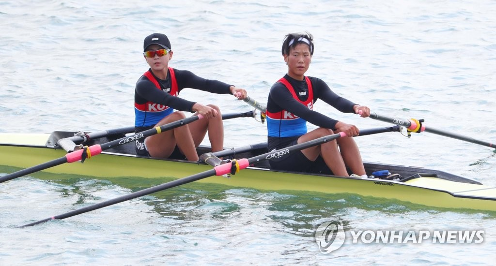 In this file photo taken Aug. 20, 2018, the unified Korean rowing team comprised of South Korea's Song Ji-sun (L) and North Korea's Kim Un-hui competes in the women's lightweight double sculls at the 18th Asian Games at Jakabaring Lake inside Jakabaring Sports City in Palembang, Indonesia. (Yonhap)