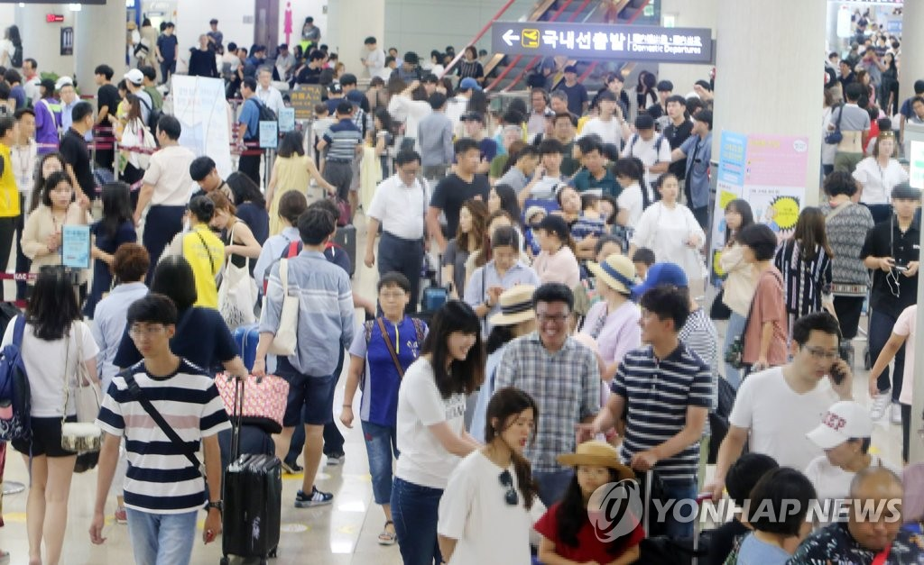 Passengers form long queues in front of boarding gates at the airport on South Korea's southern resort island of Jeju as Typhoon Soulik retreated from the Korean Peninsula on Aug. 24, 2018. (Yonhap)
