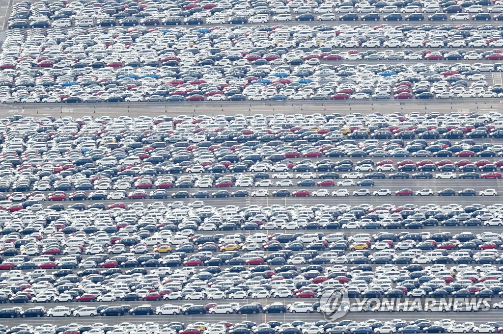 Vehicles are lined up at Pyeongtaek Port, west of Seoul, on Sept. 21, 2018, before being shipped overseas. (Yonhap)