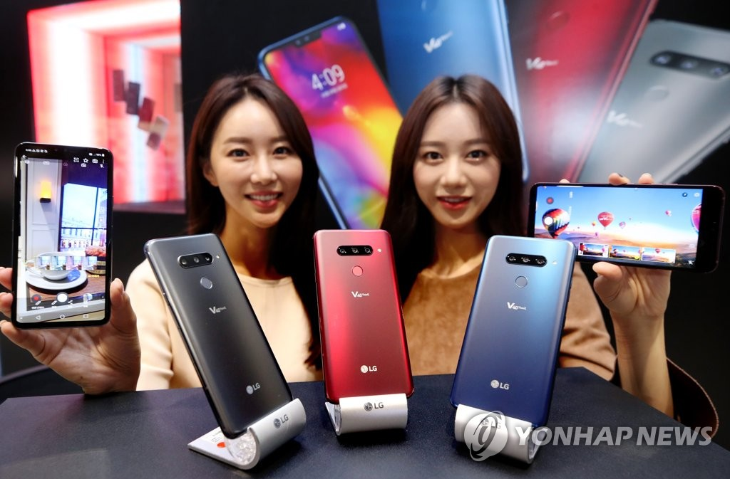 Models pose with LG Electronics Inc.'s V40 smartphone in this photo taken Oct. 4, 2018 in Seoul. (Yonhap)