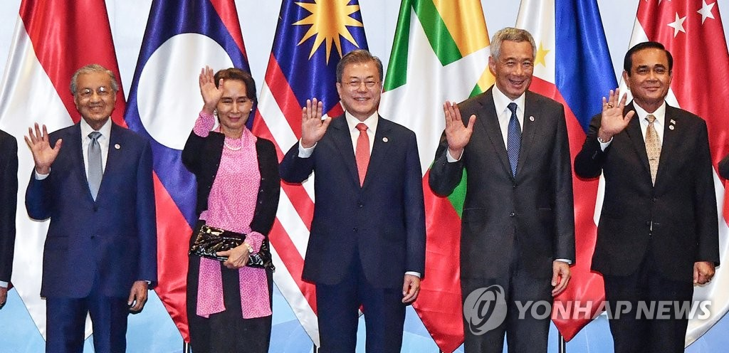 In this file photo, dated on Nov. 14, 2018, South Korean President Moon Jae-in (C) poses for photos, flanked by his Malaysia, Myanmar, Singaporean and Thai counterparts, during the 20th South Korea-ASEAN summit held at the Suntec convention center in Singapore. (Yonhap)