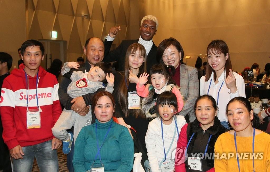 ソウル市内で行われたイベントに出席した結婚移住女性ら(資料写真)=(聯合ニュース)