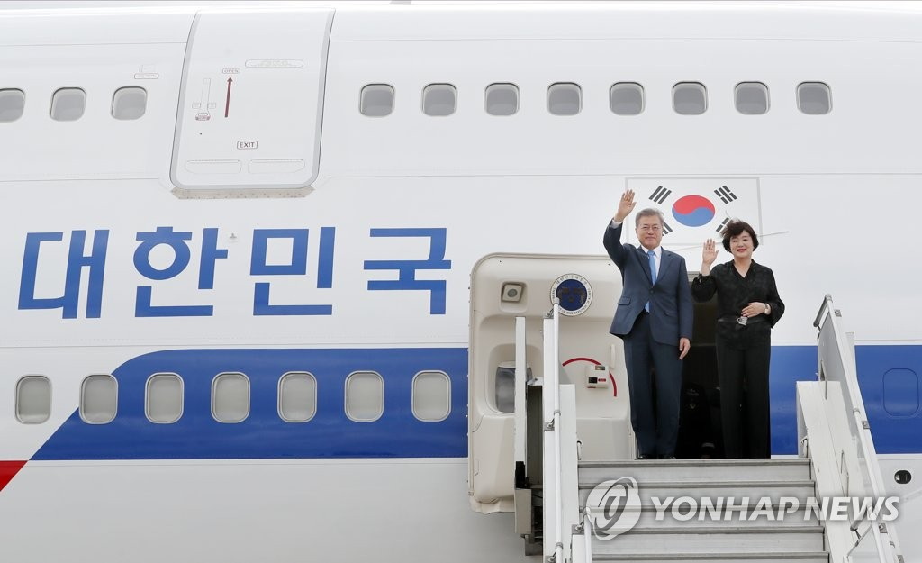 South Korean President Moon Jae-in and his wife, Kim Jung-sook, wave their hands after arriving in Buenos Aires on Nov. 29, 2018, for the Group of 20 summit. (Yonhap)
