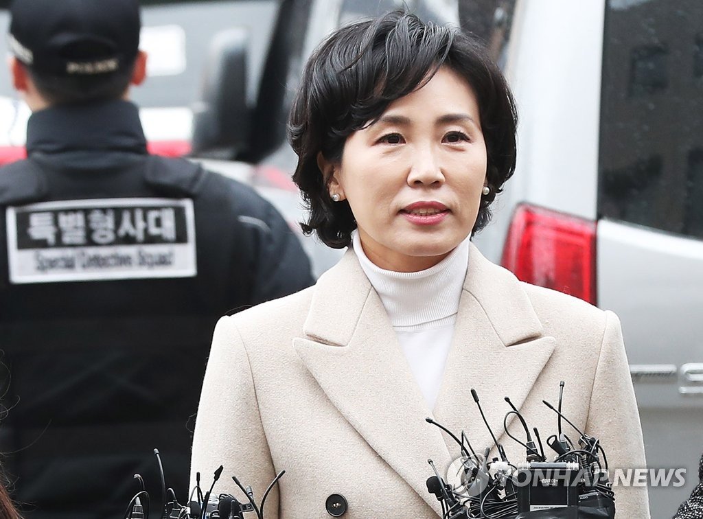 Kim Hye-kyung, wife of Gyeonggi Province Gov. Lee Jae-myung, stands before reporters at the Suwon District Prosecutors' Office, south of Seoul, on Dec. 4, 2018, as she appeared for questioning over slander allegations. (Yonhap)