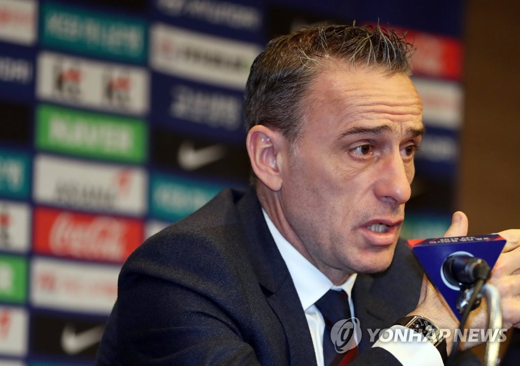 South Korean national football team head coach Paulo Bento announces his 23-man roster for the 2019 AFC Asian Cup at a hotel in Ulsan on Dec. 20, 2018. (Yonhap)