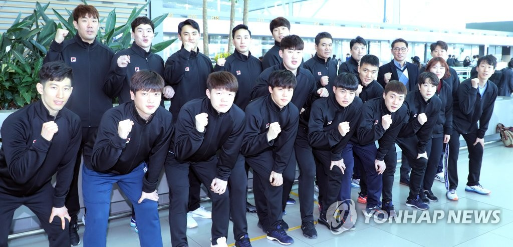 The South Korean delegation for the unified Korean men's handball team poses for a group photo at Incheon International Airport in Incheon on Dec. 21, 2018, before departing for Germany for the 2019 International Handball Federation (IHF) World Men's Handball Championship. (Yonhap)
