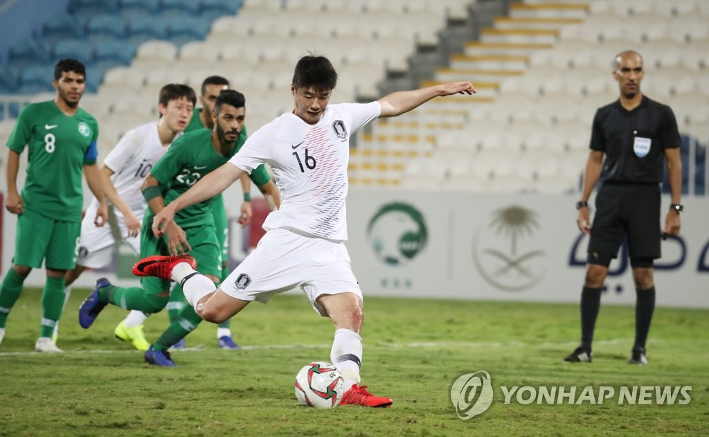This file photo taken on Dec. 31, 2018, shows South Korea's Ki Sung-yueng taking a penatly during a friendly match against Saudi Arabia at Baniyas Stadium in Abu Dhabi, the United Arab Emirates. (Yonhap)