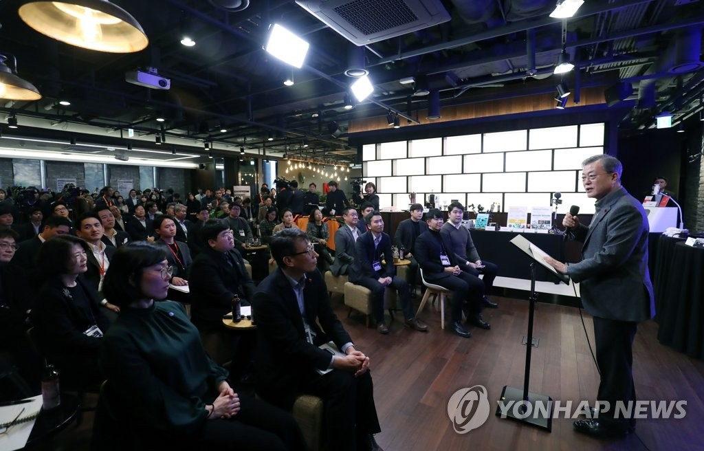 President Moon Jae-in (R) speaks at a meeting with young businesspeople during his visit to a collaborative workplace called Makerspace in downtown Seoul on Jan. 3, 2019. (Yonhap)