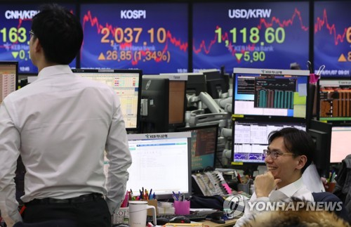 (LEAD) Seoul shares end higher on Fed comments, China monetary easing