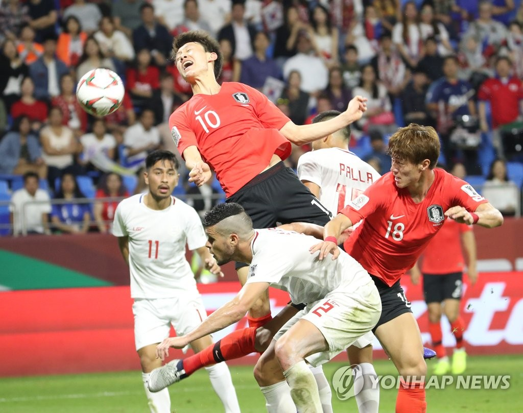Lee Jae-sung of South Korea (C) attempts a header against the Philippines in the teams' Group C match of the Asian Football Confederation Asian Cup at Al Maktoum Stadium in Dubai, the United Arab Emirates, on Jan. 7, 2019. (Yonhap)
