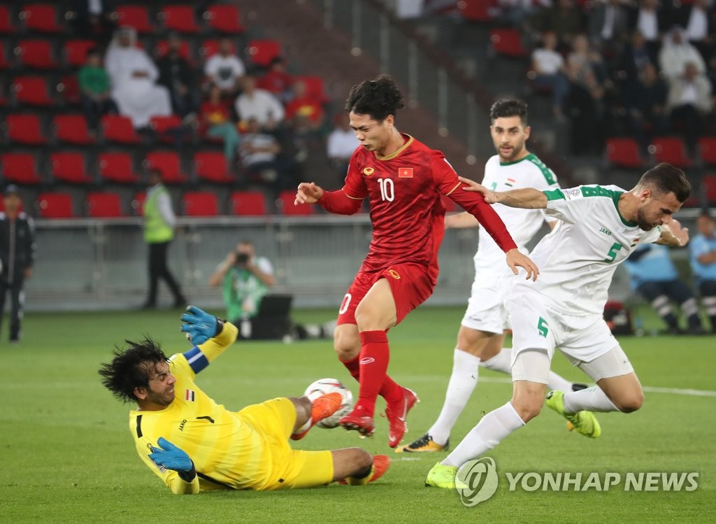 This file photo taken on Jan. 8, 2019, shows Vietnam's Nguyen Cong Phuong (C) in action during an AFC Asian Cup Group D match against Iraq in Abu Dhabi, the United Arab Emirates. (Yonhap)