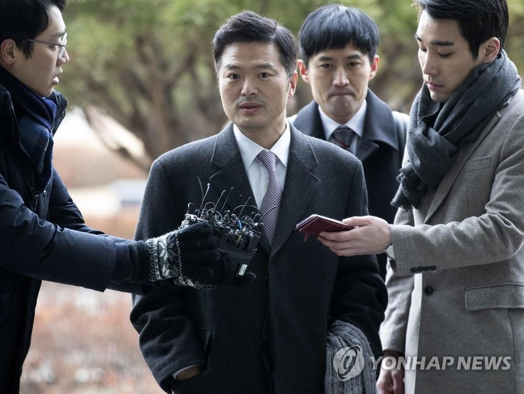 취재진 질문 답하는 김태우 수사관