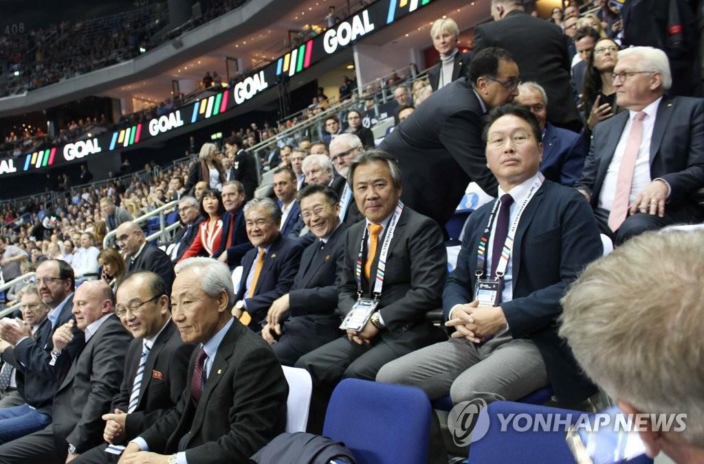 핸드볼 단일팀 응원하며 함께 웃고 있는 남북대사