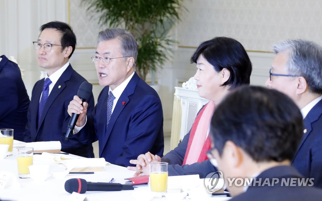 President Moon Jae-in (2nd from L) speaks at a luncheon with the leadership of the ruling Democratic Party on Jan. 11, 2019. (Yonhap)