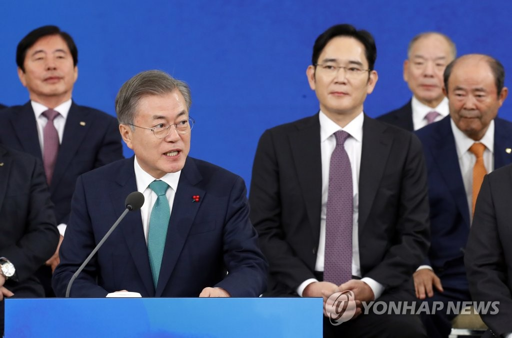 President Moon Jae-in (front row, L) speaks in a meeting with top business leaders held at his office Cheong Wa Dae in Seoul on Jan. 15, 2019. (Yonhap)