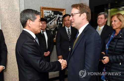 Defense chief meets U.S. congressional group on Korea