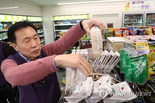 Opposition leader tries convenience store job