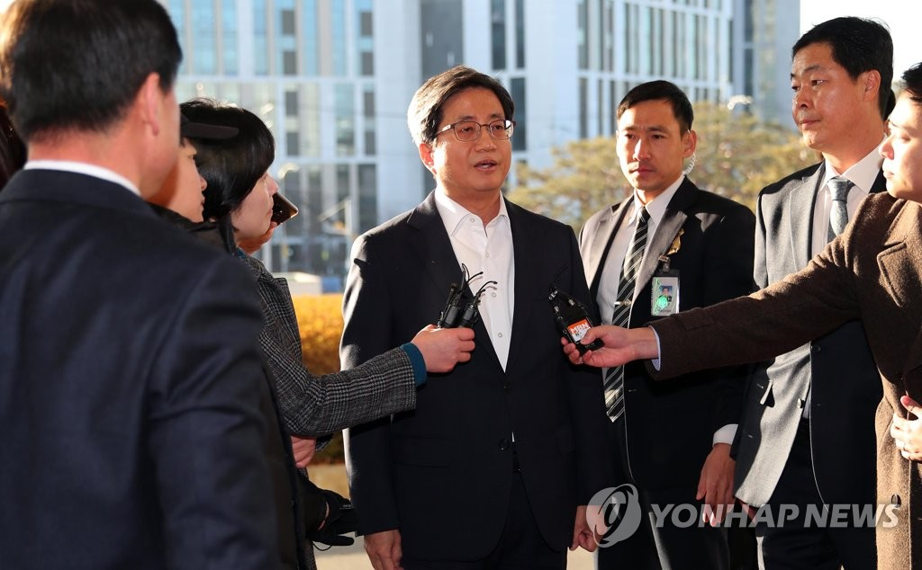 This photo captures Supreme Court Chief Justice Kim Myeong-su answering reporters' questions outside the court building on Jan. 24, 2019, hours after his predecessor Yang Sung-tae was arrested for alleged involvement in a massive power abuse scandal. (Yonhap)