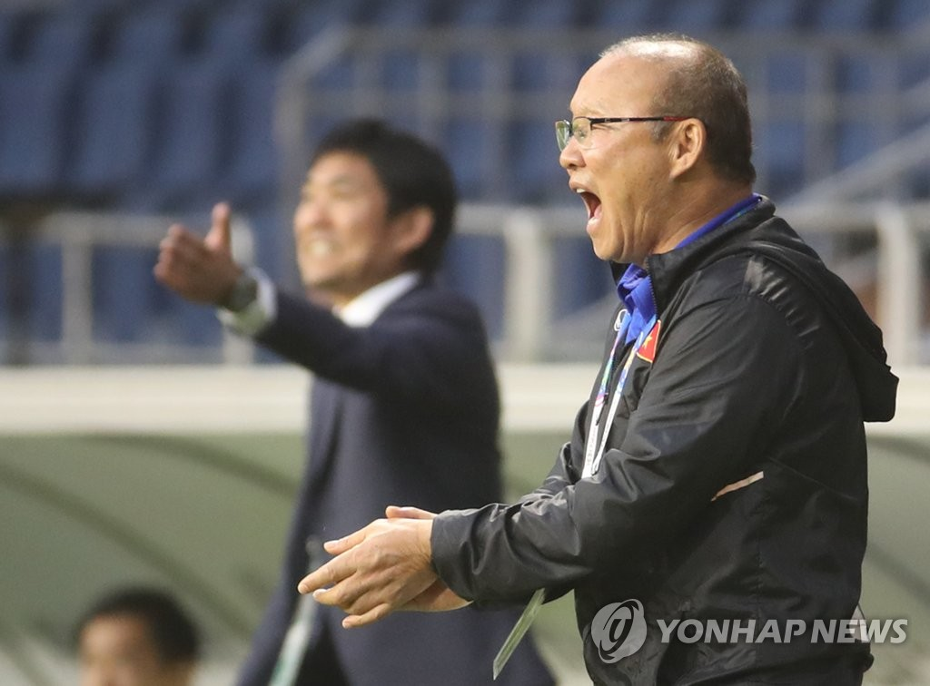 In this file photo from Jan. 25, 2019, Vietnam head coach Park Hang-seo directs his players against Japan in the quarterfinals of the Asian Football Confederation Asian Cup at Al Maktoum Stadium in Dubai. (Yonhap)