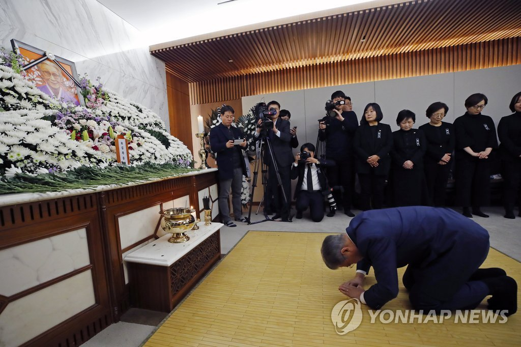 President Moon Jae-in bows before a picture of Kim Bok-dong, a former South Korean sex slave of the Japanese military who died at the age of 93, while visiting a funeral hall set up at a Seoul hospital on Jan. 29, 2019, to pay his respects to the deceased. (Yonhap)