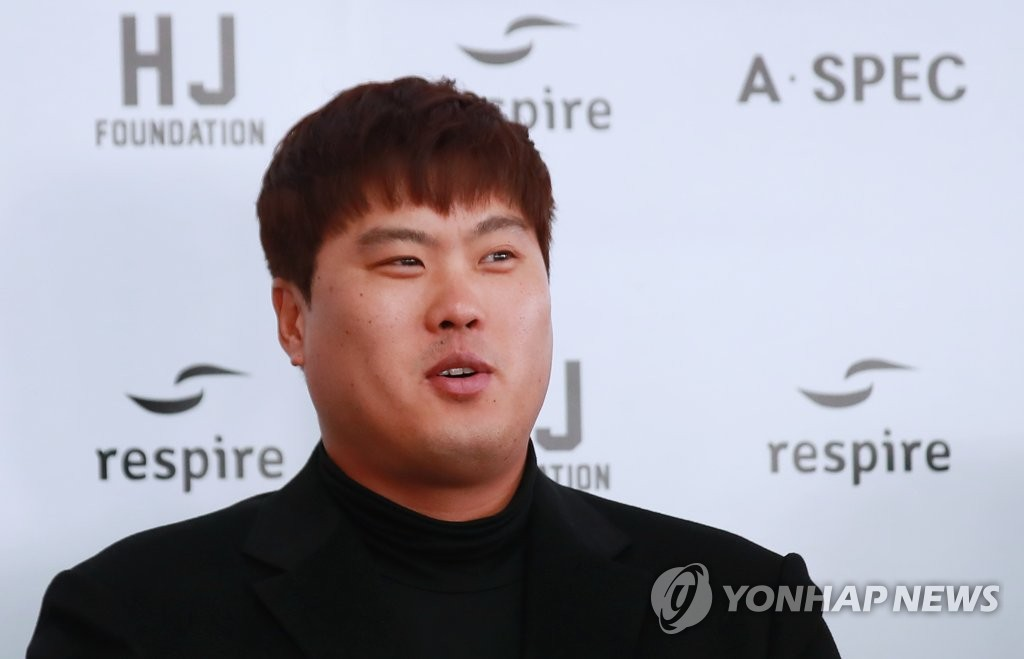 Ryu Hyun-jin of the Los Angeles Dodgers speaks to reporters at Incheon International Airport, west of Seoul, on Jan. 30, 2019, before departing for the United States for spring training. (Yonhap)