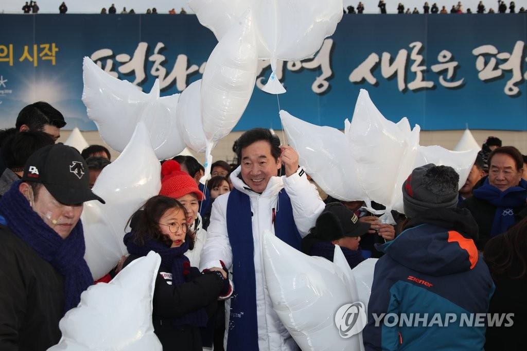 평화기원 퍼포먼스 나서는 이낙연 총리