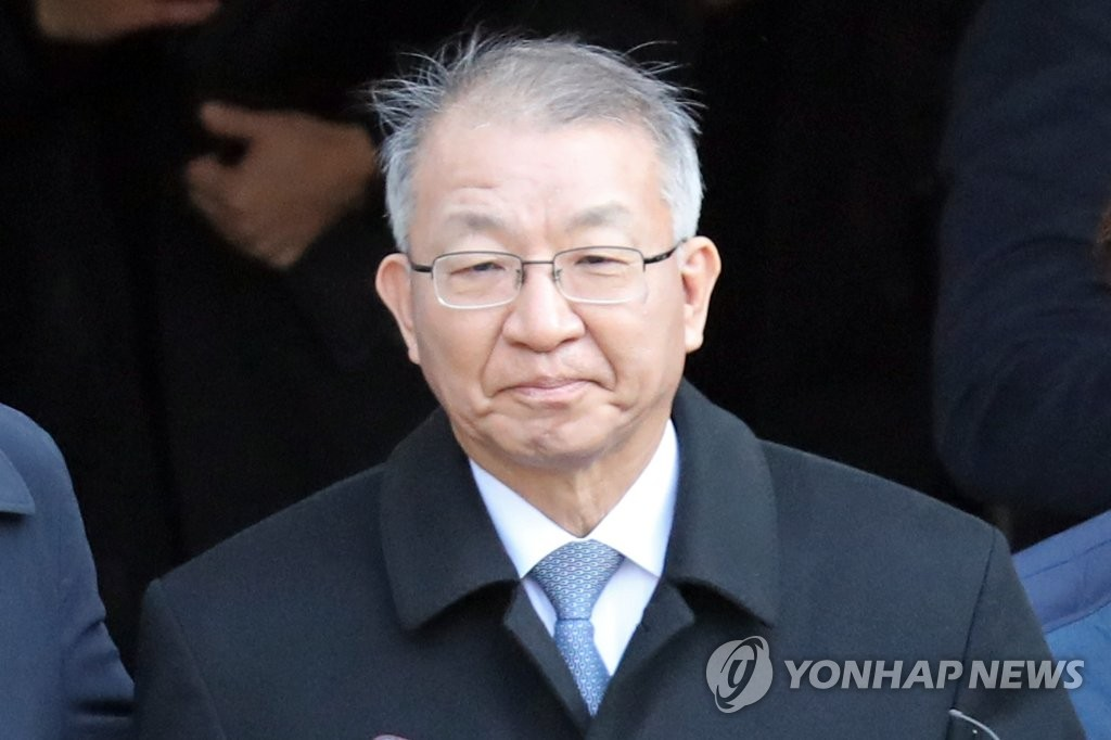 Former Supreme Court Chief Justice Yang Sung-tae is seen in this photo taken Jan. 23, 2019, leaving the courthouse after attending a court hearing held to decide on his arrest warrant. (Yonhap)