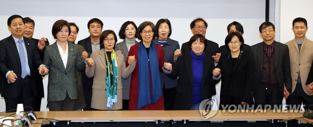 Members of South Korea's Sports Innovation Committee pose for a group photo before their first meeting in Seoul on Feb. 11, 2019. (Yonhap)