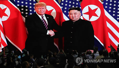 (2nd LD) (US-NK summit) Kim Jong-un, Trump meet in Hanoi with hope for successful talks