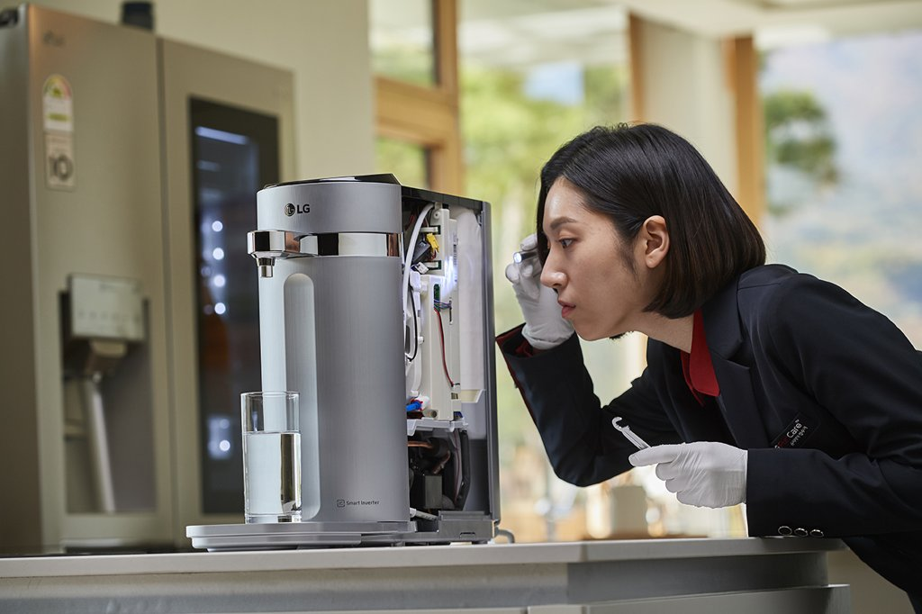 A home care solution manager of LG Electronics Inc. changes filters of a water purifier in this photo provided by the firm on March 3, 2019. (Yonhap)