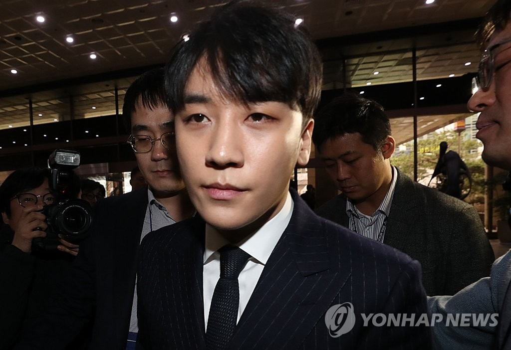 BIGBANG member Seungri enters the Seoul Metropolitan Police Agency on March 14, 2019, to face questioning over sex-for-favors allegations. (Yonhap)