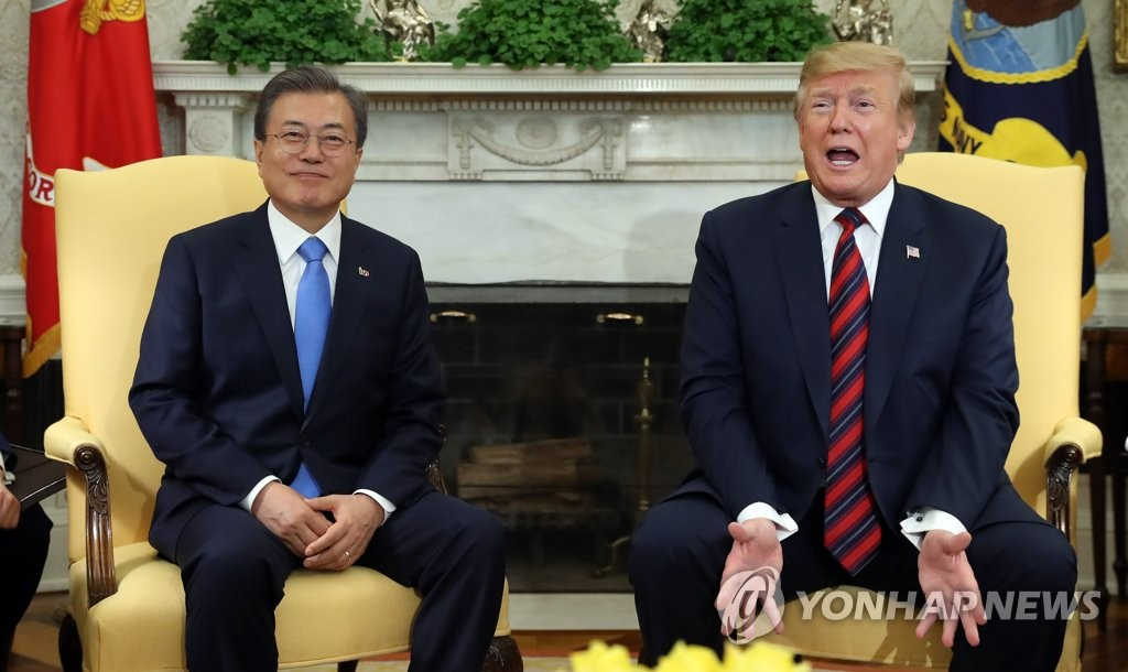 This photo shows South Korean President Moon Jae-in (L) meeting with U.S. President Donald Trump at the White House in Washington on April 11, 2019. (Yonhap)