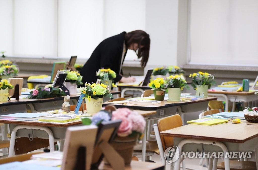 A mourner commemorates the victims of the 2014 sinking of the Sewol ferry on April 14, 2019, while looking around a classroom recreated to remember students of Danwon High School in Ansan, just south of Seoul. (Yonhap)