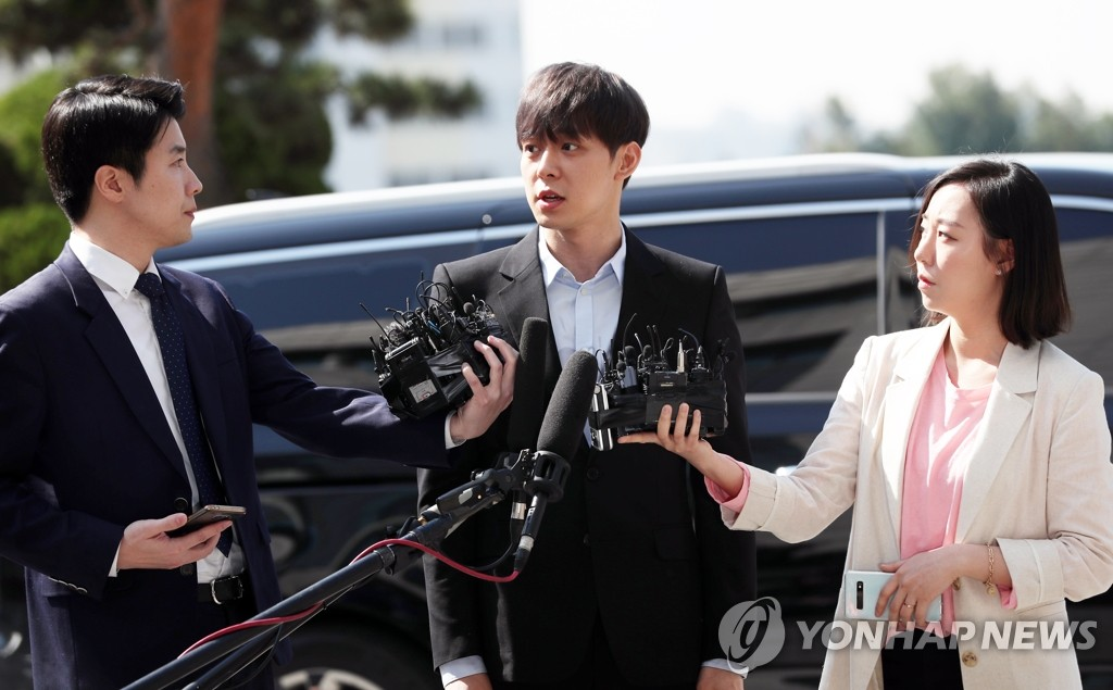 Park Yoo-chun (C), an actor and member of boy band JYJ, appears at the Gyeonggi Nambu Provincial Police Agency in Suwon, south of Seoul, on April 17, 2019, for a probe into his alleged drug use. (Yonhap)