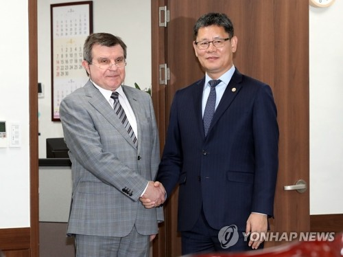 Unification minister meets Russian envoy