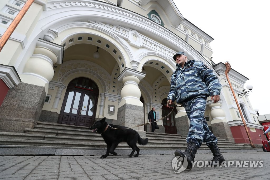 A police officer engages in a security operation at a train station in Russia's Far Eastern city of Vladivostok on April 24, 2019. (Yonhap)