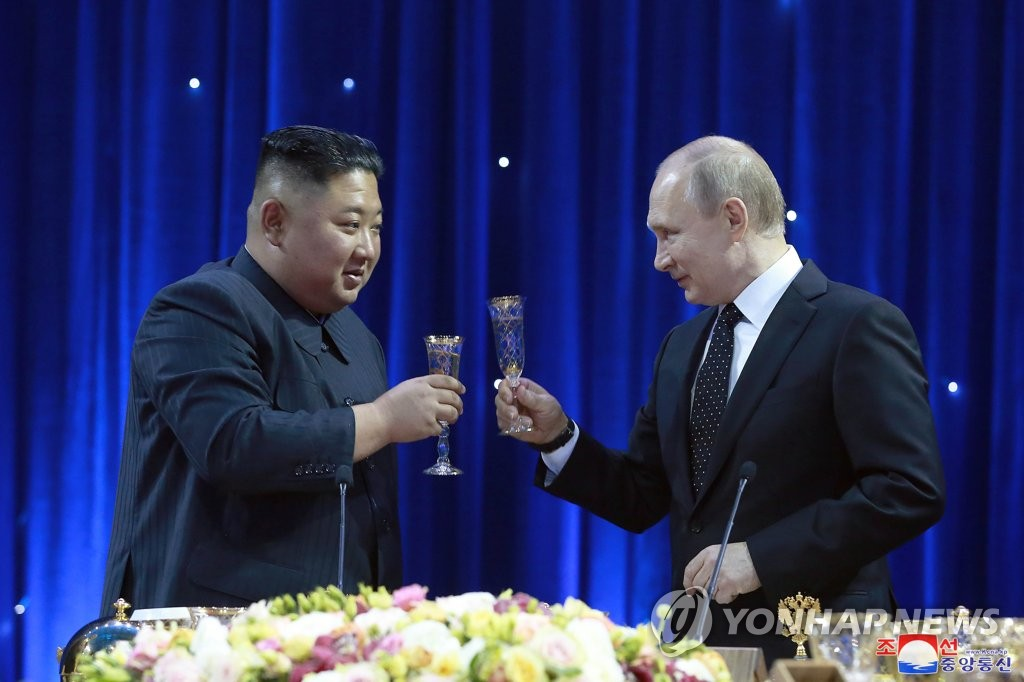 North Korean leader Kim Jong-un toasts Russian President Vladimir Putin during a post-summit dinner at the Far Eastern Federal University in Vladivostok, Russia, on April 25, 2019, in this photo carried by the Korean Central News Agency the next day. (For Use Only in the Republic of Korea. No Redistribution) (Yonhap)