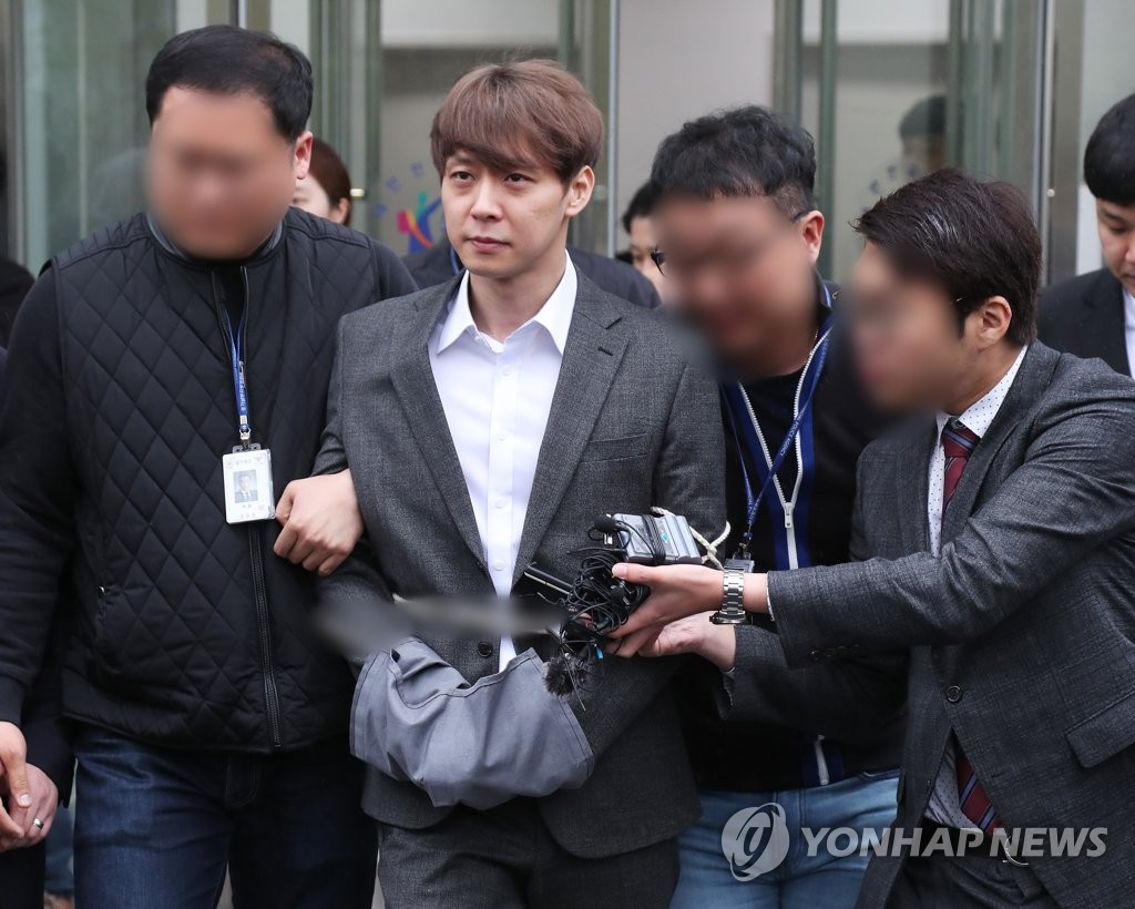 Park Yoo-chun (C), actor and former member of boy band JYJ, comes out of the district court in Suwon, south of Seoul, on April 26, 2019, after attending a court hearing to review whether to issue an arrest warrant for him. (Yonhap)