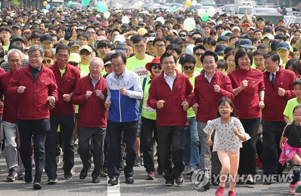 Politicians and citizens participate in a Labor Day marathon event, organized by the Federation of Korean Trade Unions, in Seoul on May 1, 2019. (Yonhap)